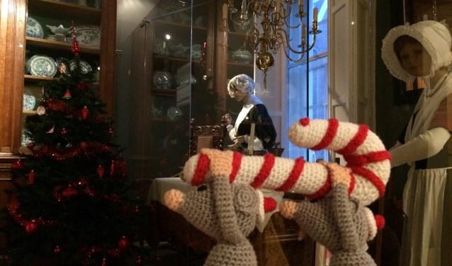 Er wordt een verhaal verteld over twee muisjes die tijdens Kerstmis moederziel alleen in het weeshuis zijn.