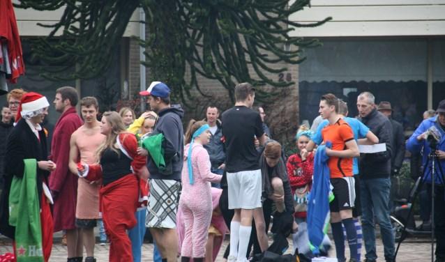 De meeste deelnemers gaan in Achterveld verkleed te water voor de nieuwjaarsduik.