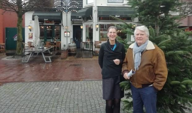 Ria Bernds en Reinier van Kuyk op het plein van de Kerst Happening