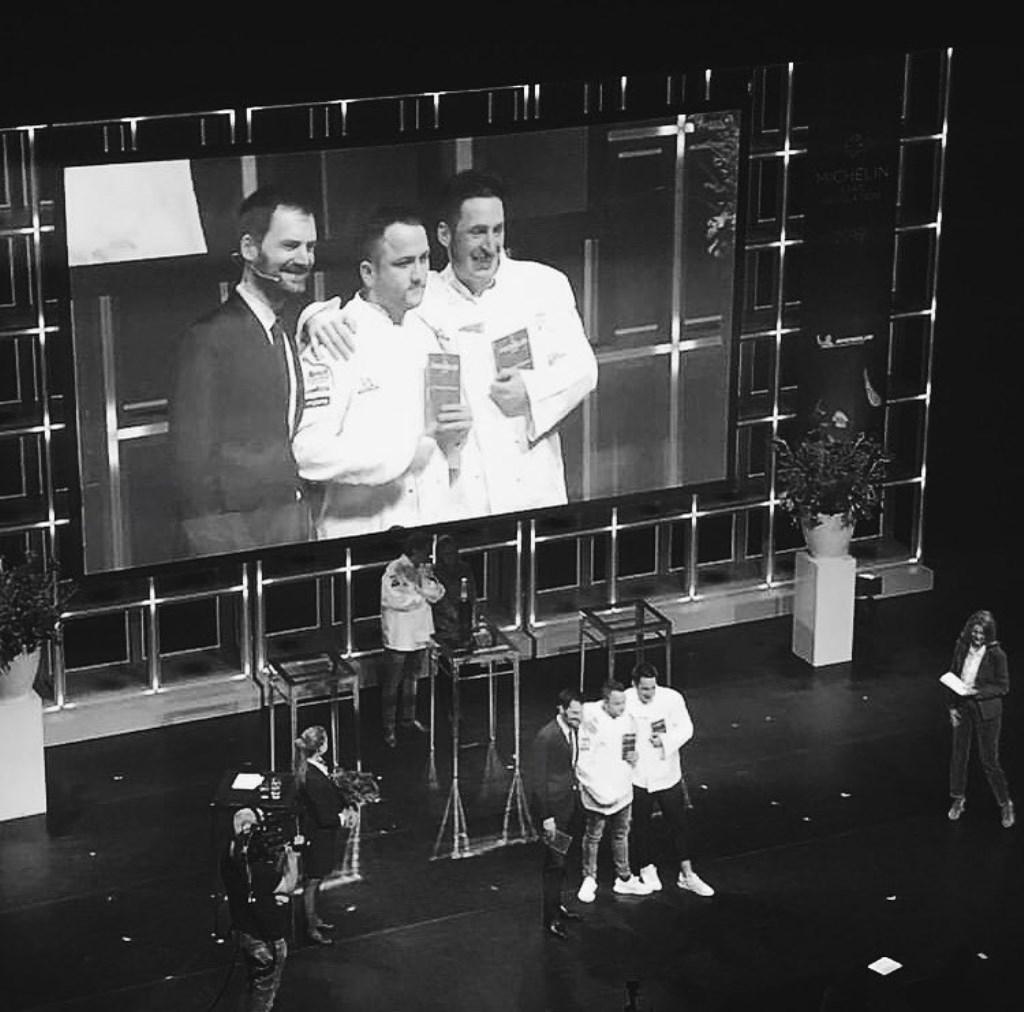 Chefs Robert Poel en Thomas Diepersloot van Voltaire op het podium tijdens de uitreikingsceremonie.