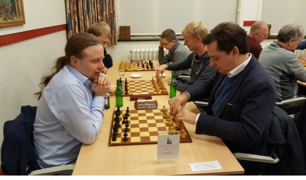 Hotze Tette Hofstra en internationaal meester Sander van Eijk (rechts) zitten gereed voor hét gevecht  dat beslissend zou zijn voor de toernooiwinst.