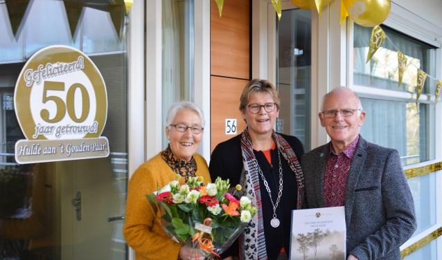 Het echtpaar Jan Hendrik Kromhout en WillempjeKromhout-van den Broek met burgemeester Titia Cnossen.
