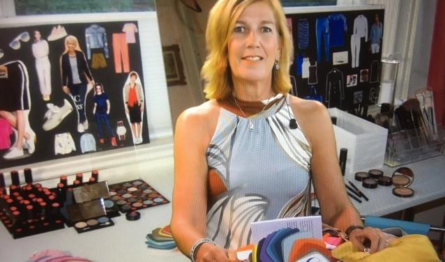 Annemieke Huizing helpt met het zoeken naar de kleuren die jou nog meer laten sprankelen en je mooier maken.
