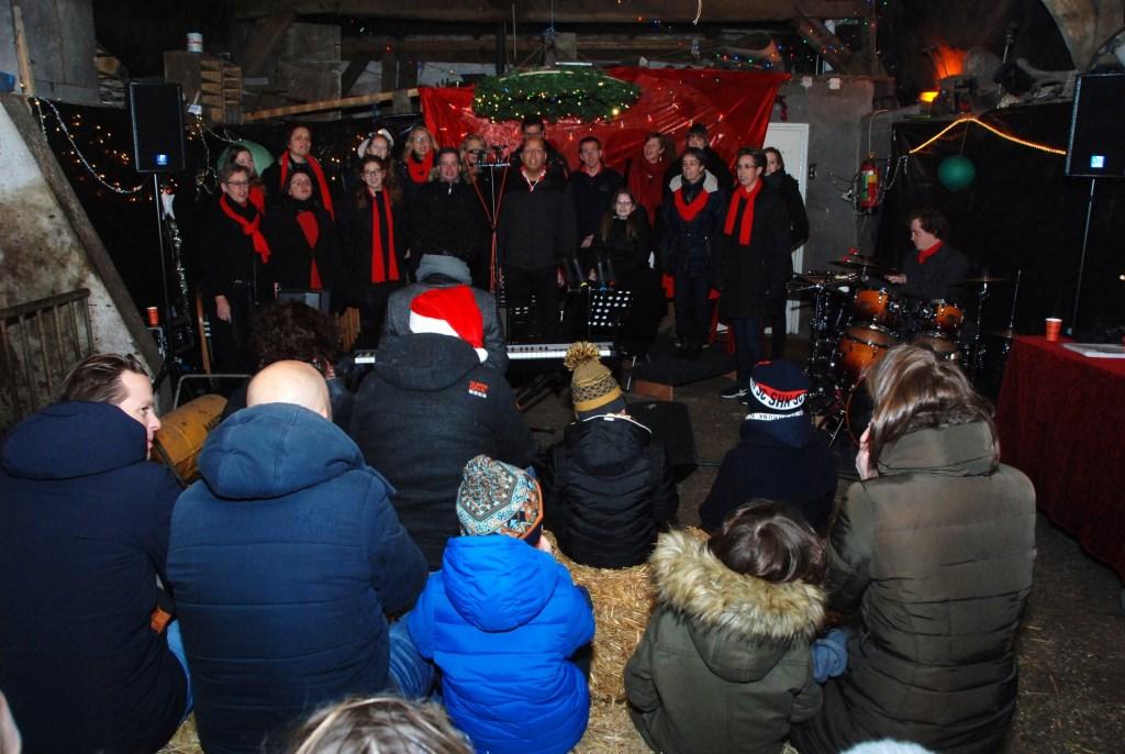 In boerderij Groot Schaik naast glühwein en warme chocolademelk ook kertsliederen, gezongen door gospelkoor Masjiach. Adriaan Hosang © BDU media