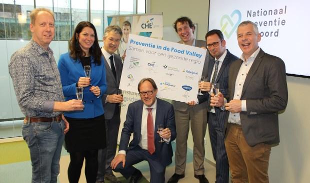 Op de foto van links naar rechts: Ronald Hendrikse (HAGV), Mariska de Kleijne (Rabobank), Leon Meijer (Regio Foodvalley), Harmen van Wijnen (CHE), Joris van Eijck (Menzis), Arjen Hakbijl (ZGV) en Tom van Loenhout (Alliantie Voeding).