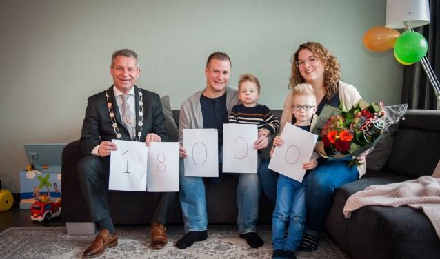 Op de valreep van het jaar verwelkomde de burgemeester de 18.000ste inwoner van Hardinxveld