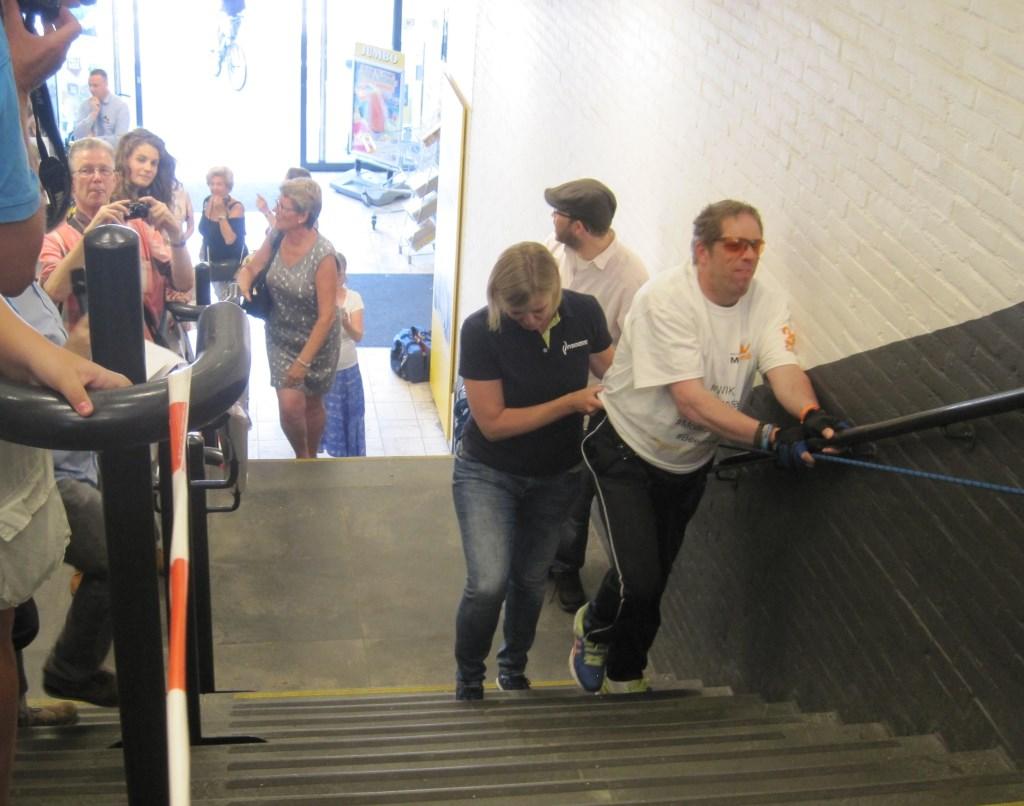 MS-patiënt Erik Heijkoop liep 30 mei de trap bij het Merwedeplein op en neer (een hele prestatie met zijn ziekte) en haalde 1500 euro op voor het MS-fonds Romy den Otter © BDU media