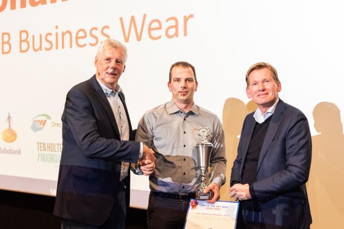 Johan Borsje (m) krijgt de prijzen en felicitaties van Paul Mallee van de Rabobank (r) en voorzitter Harry Eskes