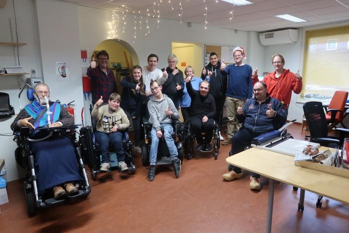 Groepsfoto met ons, de medewerkers en de beperkte mensen