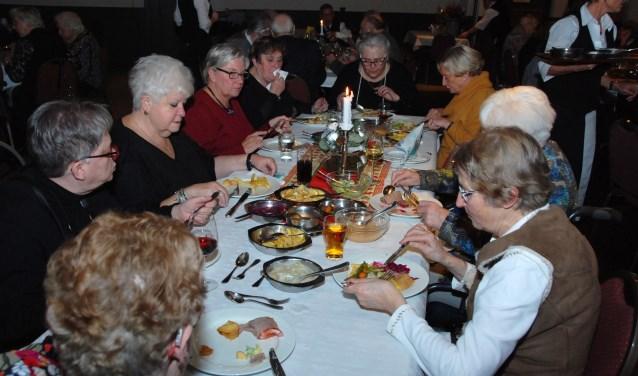 De Zonnebloem-gasten en vrijwilligers genoten van een maaltijd ter afsluiting van de kerstviering.