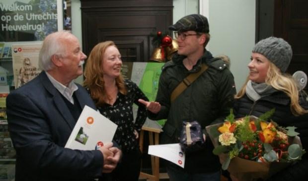 De gelukkige 50.000e bezoeker (rechts) en haar partner ontvingen bloemen uit handen van Anne-Marie van Meel en Jaap van der Kemp van de afdeling Marketing.