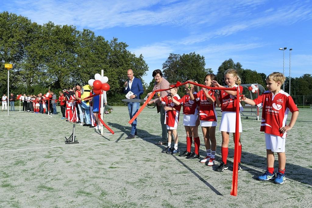 Op 15 september opende wethouder Hanny Visser-Schlieker de nieuwe kunstgrasvelden bij korfbalvereniging Merwede/Multiplaat. Richard van Hoek Fotografie © BDU media