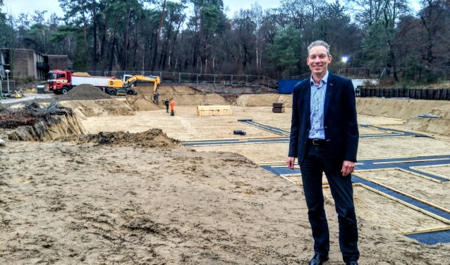 Hans Visser aan de achterkant van het Zonnehuis, waar al volop gesloopt en gegraven is.