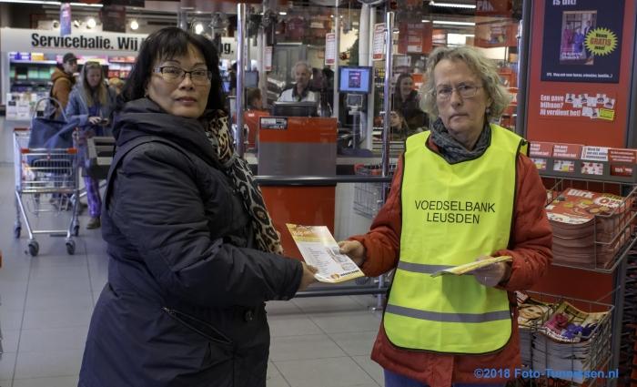 Vrijwilligers van de Voedselbank deelden boodschappenlijstjes uit waaruit klanten van Dirk konden kiezen wat zij wilden doneren. Diezelfde lijstjes werden ook buiten in een door de winkeliers ter beschikking gestelde kraam aan het winkelend publiek uitgereikt.