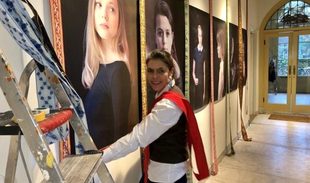 Annemarie Ruys werkt hard aan de Portretten Potpourri in HOF 212.