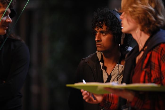 Ruwan druk bezig op de filmset n.v.t. © BDU media