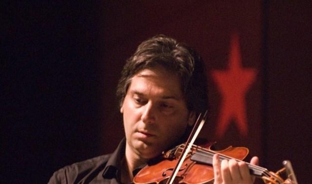 Robert Cekov verzorgt op zaterdag 26 januari samen met pianist Wouter Harbers een benefietconcert in de Achthoek in Scherpenzeel.