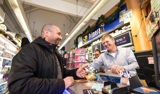 Primera Primera Rob Bisschops aan de Zijlstraat in Haarlem verkoopt loten voor de Oudejaarstrekking van de Staatsloterij. © SEBASTIAAN ROZENDAAL / PHOTO REPUBLIC