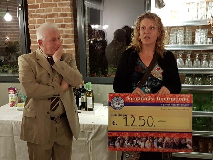 overhandigen cheque S. Mergler © BDU media