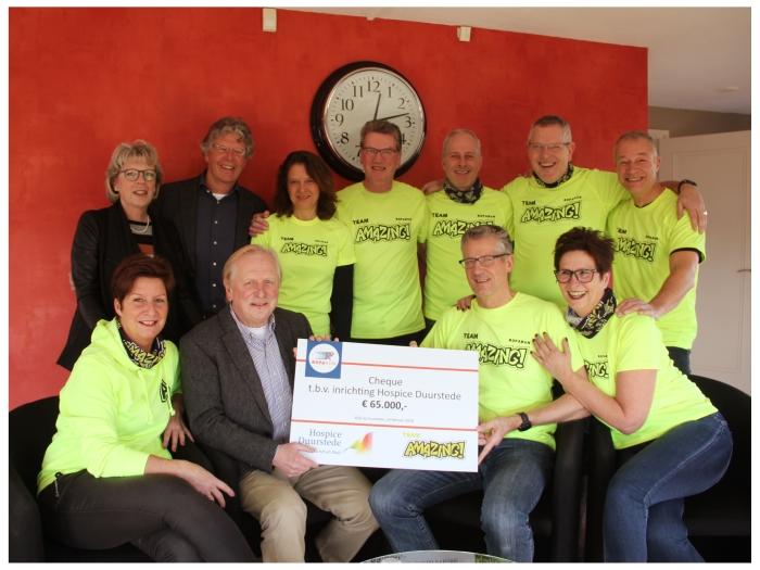 Overhandiging cheque Stichting Roparun