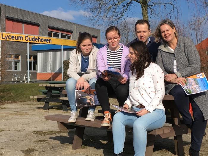 De drie VWO-leerlingen, Lynn, Judith en Manon en Attie en Niels van de VVD Gorinchem