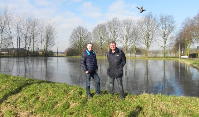 Bert van Elst en Wim Oskam staan teleurgesteld bij de schaatsbaan.