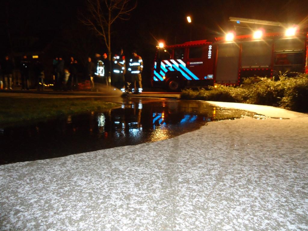 De brandweer Bunnik kwam dinsdagavond een laag water op het speelveldje in de Engboogerd spuiten.