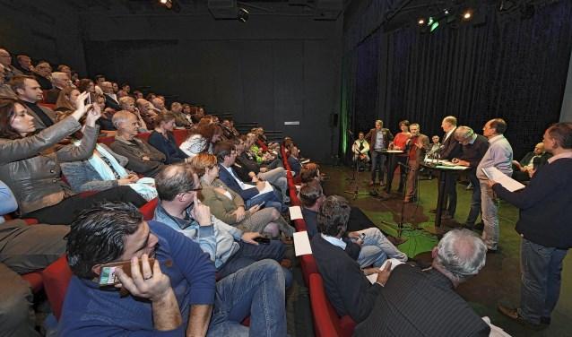 Journalist Hans van Keken leidt het sportdebat tussen 13 lijsttrekkers. De zaal zit vol ,met sporters en politici.