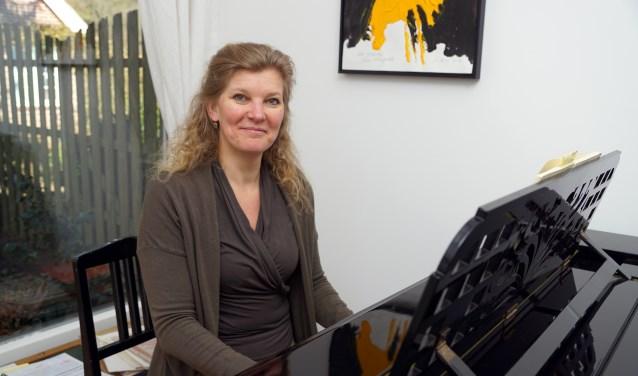 Mezzosopraan Wieke van Wingerden in haar repetitieruimte.