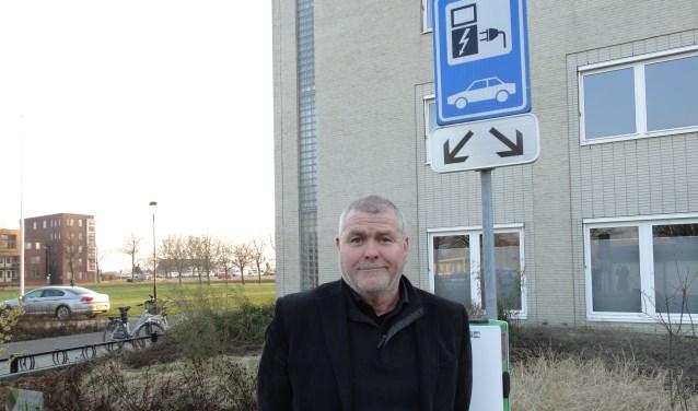 Arie Viskil bij het laadpunt voor elektrische auto's bij het gemeentehuis