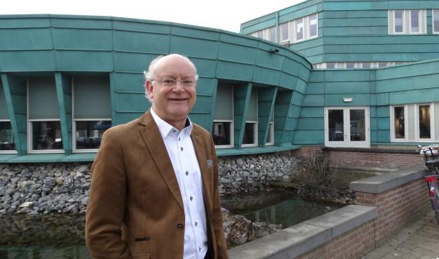Lijsttrekker Wietze Smit voor het gemeentehuis, waar WijkNU de inwoners weer een belangrijke rol wil geven