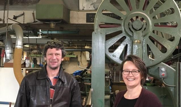 Wagenmaker Alex Verweij en Saskia Bangma in de wagenamkerij