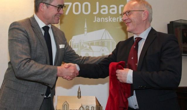 Burgemeester Jos Wienen (l) en Lieuwe Zoodsma, de directeur van het Noord-Hollands Archief.