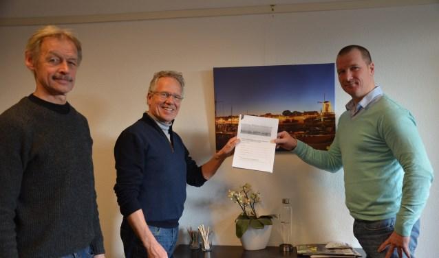 Frits Kragt en Peter Jansen overhandigen het rapport