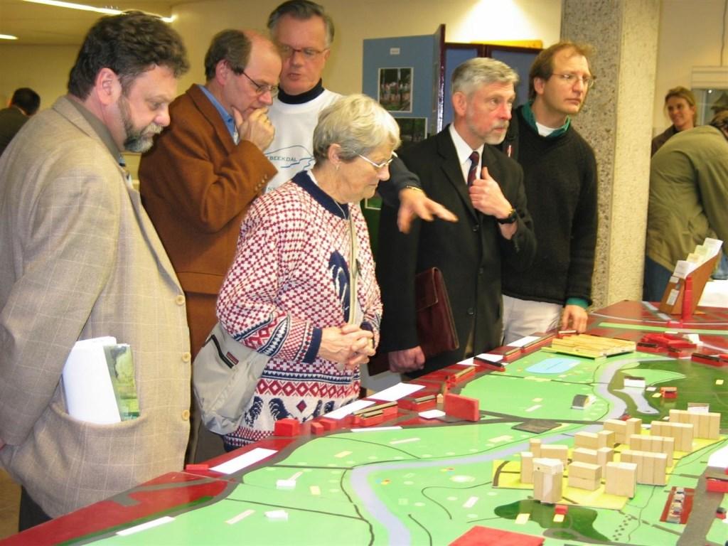 Fotopresentatie en maquette van de flats op 7 februari 2006. Stichting Regionaal Spitwerk © BDU media