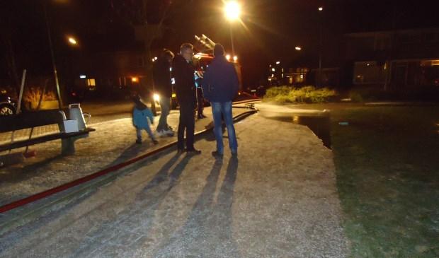 De brandweer Bunnik kwam dinsdagavond een laag water op het speelveldje in de Engboogerd spuiten.        Lia van der Heijden © BDU media