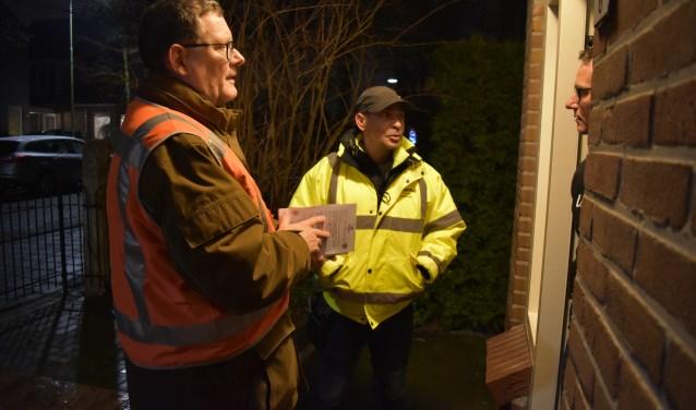 Ton Coenraads (links) en Mike Amennou, tijdens de buurtpreventie in Dalem.