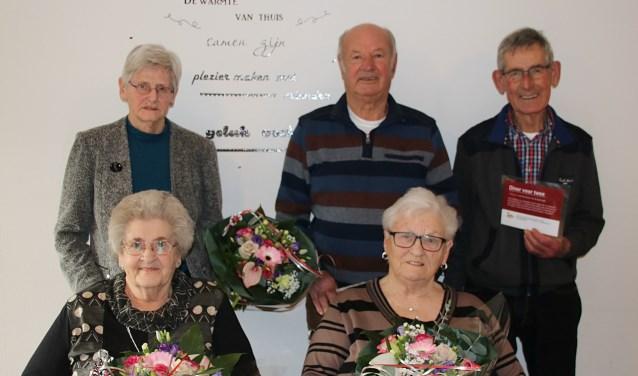 De prijswinnaars mogen zich verheugen op een immer sfeer- en smaakvolle buffetavond in De Boerse Pracht. Ze kregen uiteraard ook een kleurrijk bosje bloemen tijdens hun gezellige bezoek aan de dagbesteding.