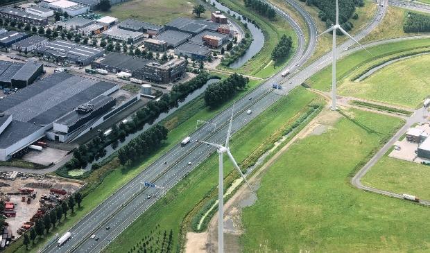 Windmolens langs de snelweg A30 bij Ede. Heliflight.nl © BDU media