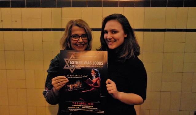 Mandy van der Ploeg (Tante Roos) en Amber Klatten (Esther van Vriesland)