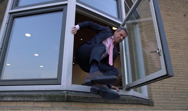 Burgemeester Dirk Heijkoop in actie voor het animatiefilmpje dat werd gemaakt voor de verkiezingen.