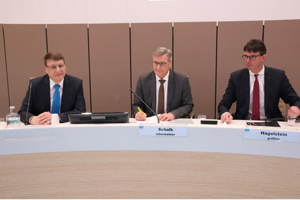 Informateur Peter Schalk (midden) met links Nico van der Poel van de SGP en rechts griffier Gerrit Hagelstein.