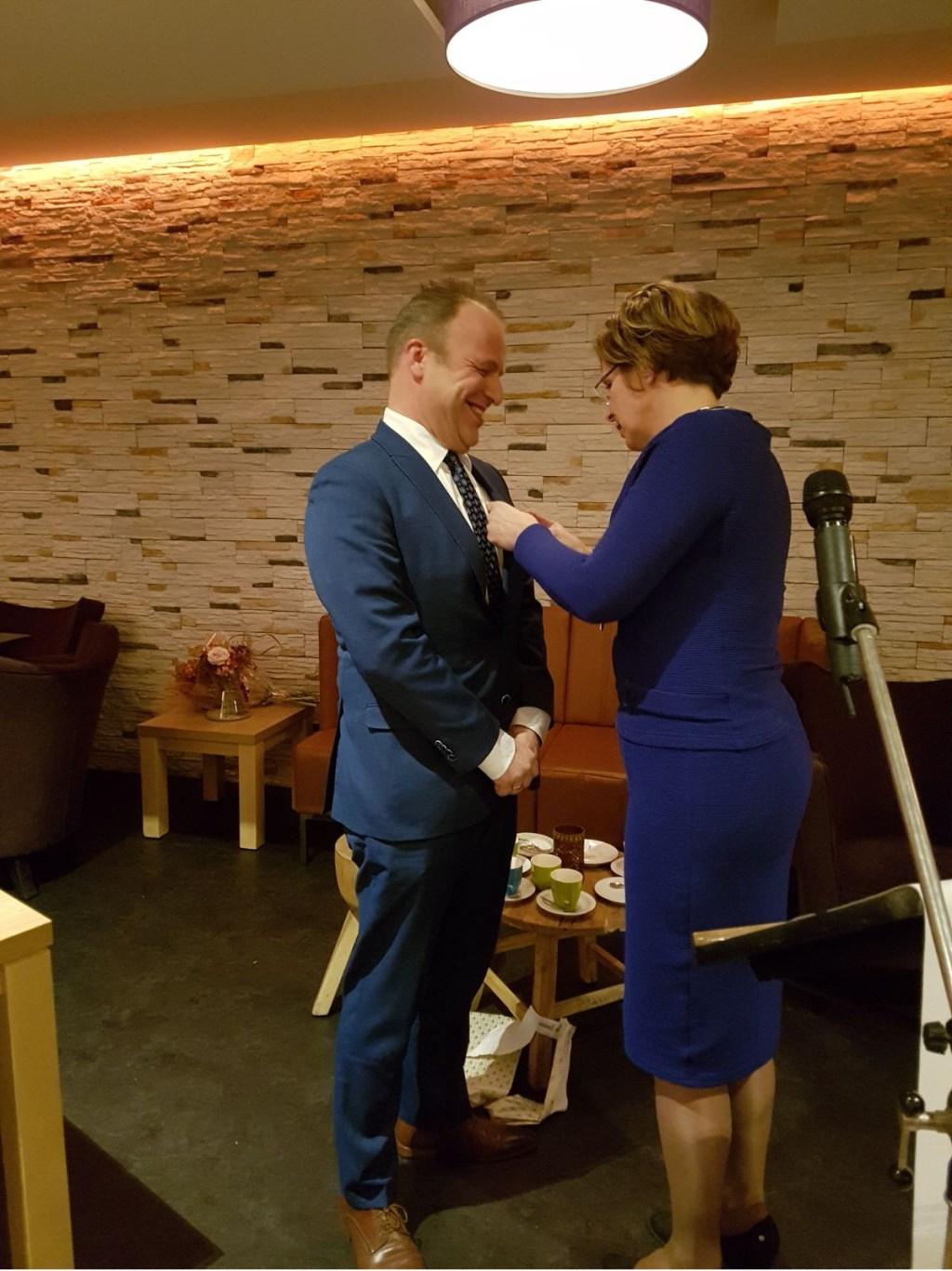Gert van de Beek krijgt de Koninklijke Onderscheiding opgespeld. Adriaan Hosang © BDU media