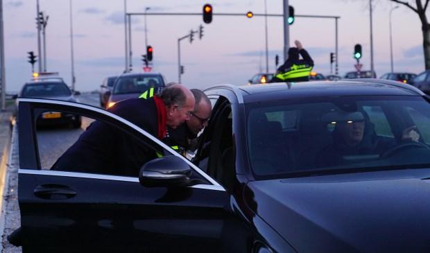 Burgemeester Eenhoorn bij flyer-actie ter preventie auto-inbraken.