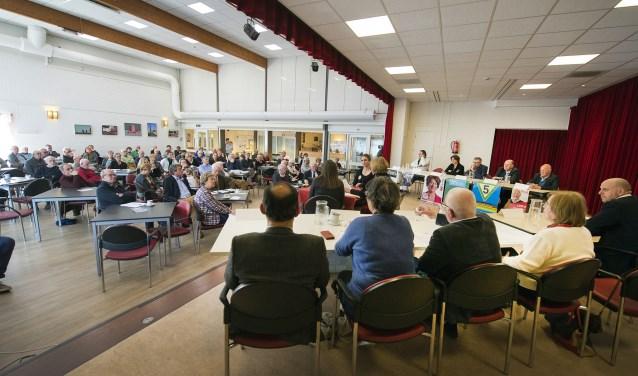 Politieke vragen en antwoorden in de zaal van OC De Klarinet waar het seniorendebat plaatsvindt.