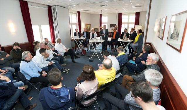 De setting tijdens het debat in de informatieruimte van het raadhuis.  Richard van Hoek Fotografie © BDU media