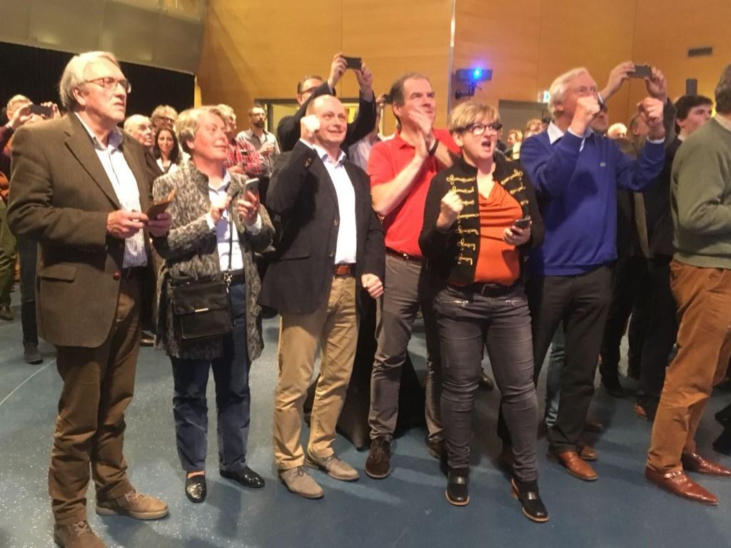 De VVD-fractie viert feest: ze hebben zeven zetels weten te behalen.