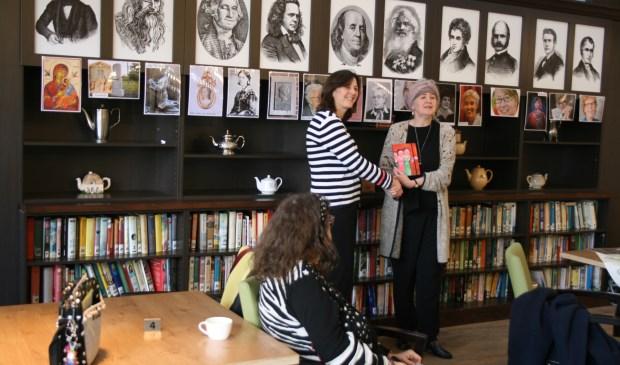 De portretten van vrouwen worden opgehangen in het Haltnahuis