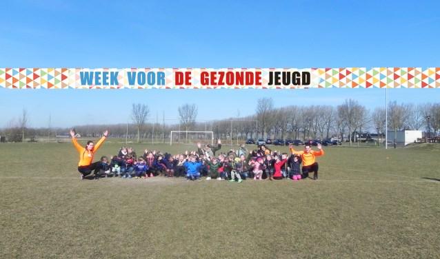 Buurtsportcoaches Mieke en Jesper doen een spel met de onderbouw van de Delteykschool.