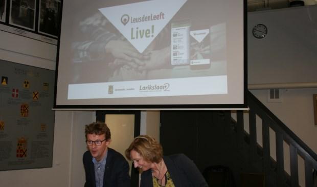 Jan Overweg (wethouder) en Hester Frank (directeur Larikslaan2) demonstreren app 'LeusdenLeeft'.